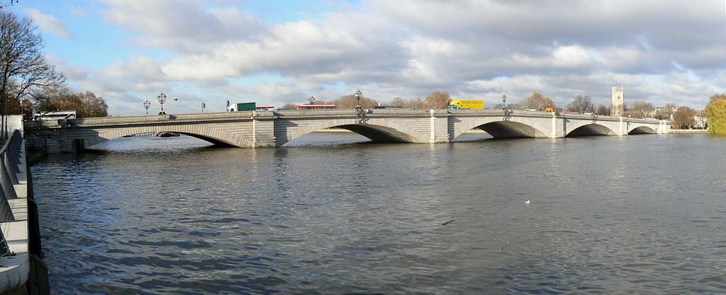Putney Bridge, London. (Patche99z [Public domain], via Wikimedia Commons)
