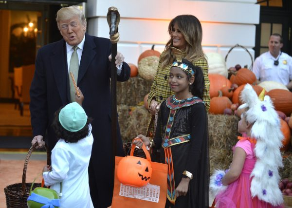 trump-melania-welcome-trick-or-treaters-600x427