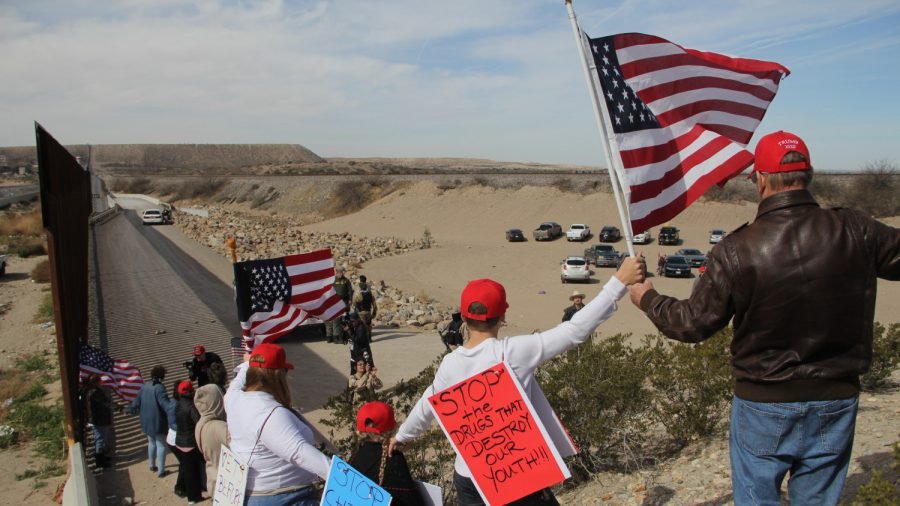 Supporters of Border-Security Form 'Human Wall' Along US-Mexico Border