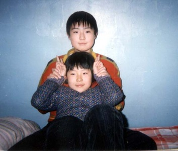 Hou Mingkai's wife and daughter.