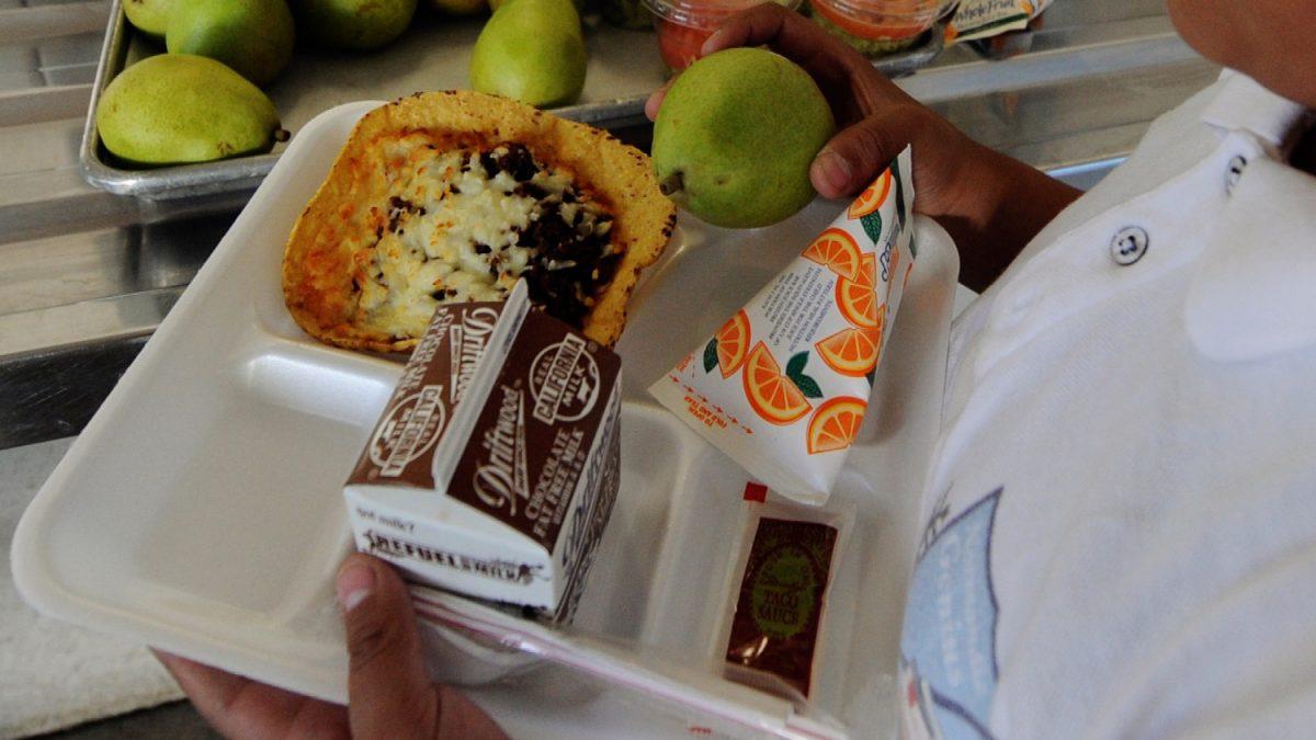 Childeren get their school lunch