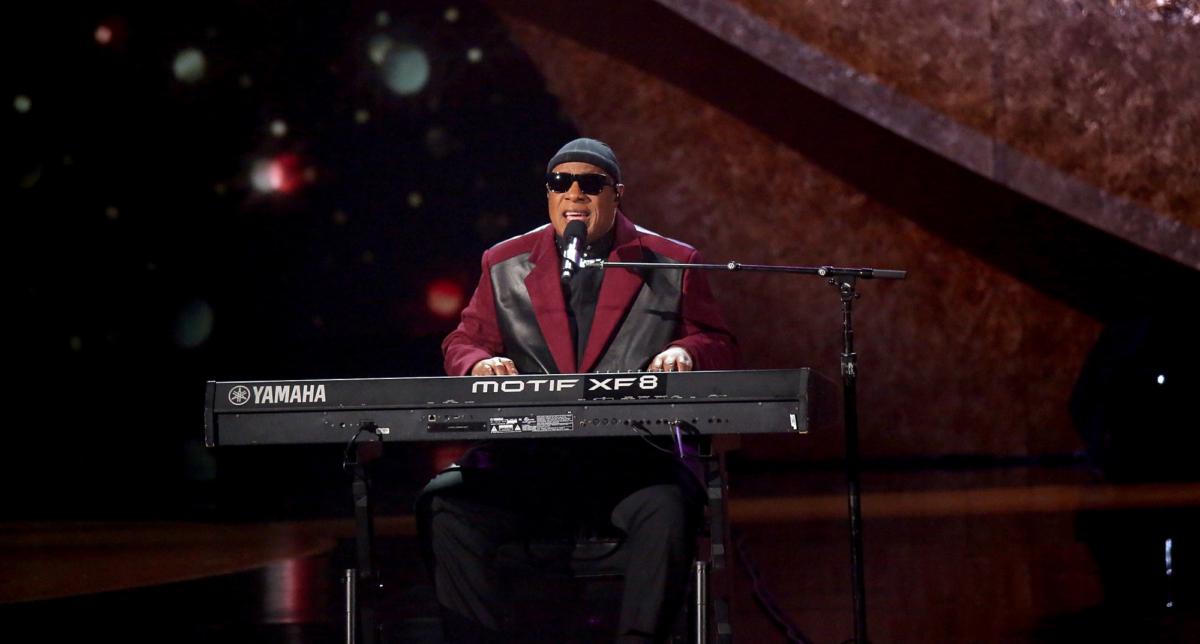 Stevie Wonder play piano