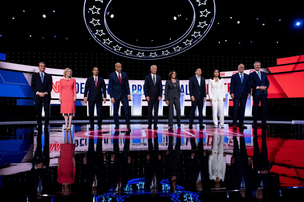 Democratic presidential hopefuls arrive on stage