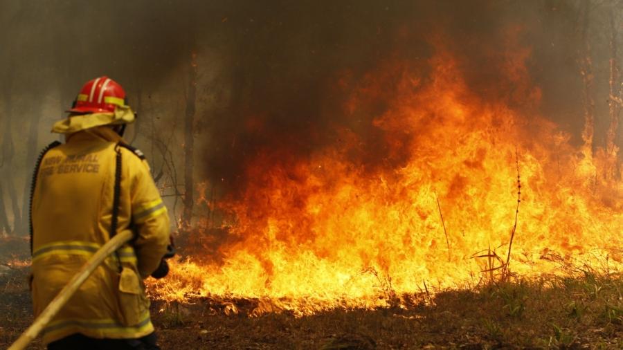 Bushfire Crews in Australia Backburn to Protect Homes