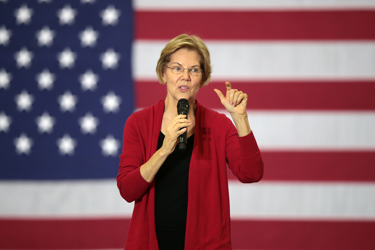 Democratic Presidential Candidate Elizabeth Warren Campaigns In Iowa