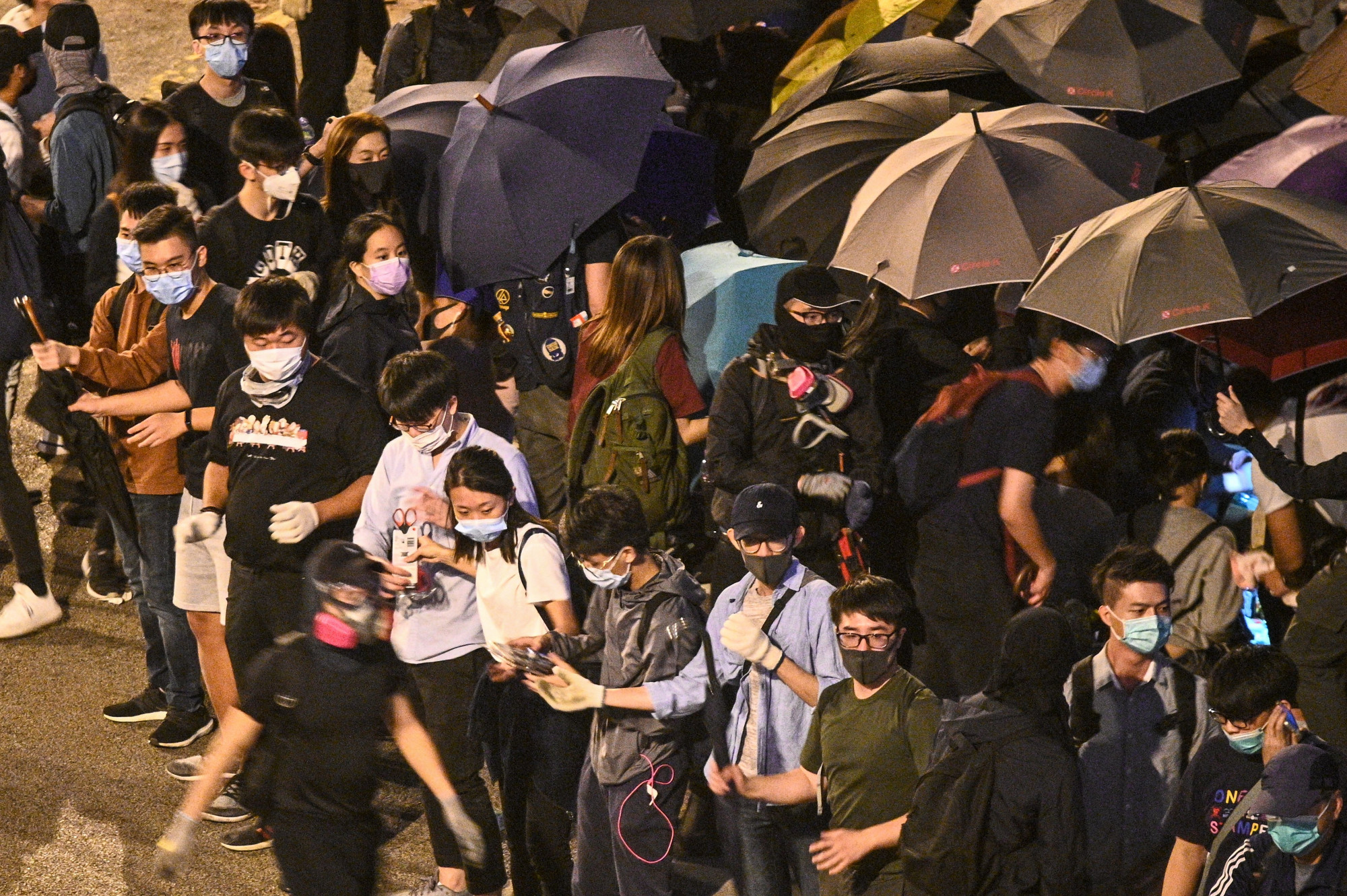 Hong Kongers form human chain